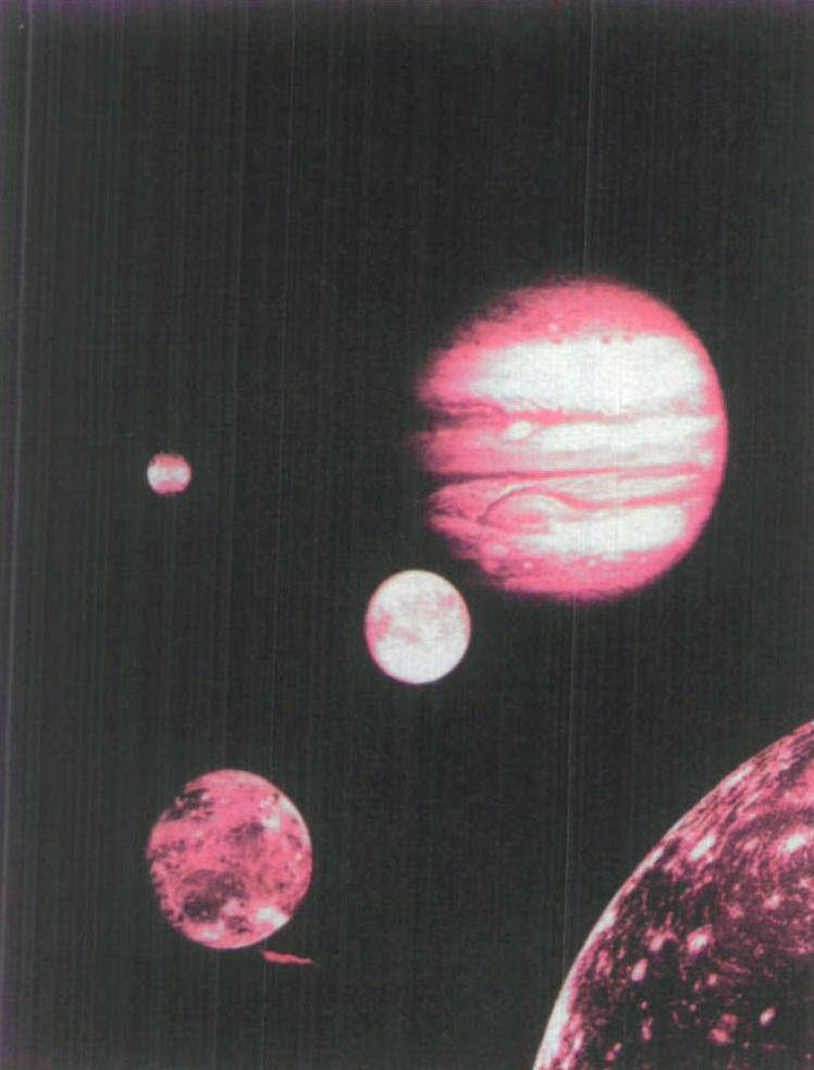 木星是太阳八大行星 (原 为九大行星,后因冥王星被评 为矮行星,故改称八大行星,) 中最大的一个,它那圆圆的大 肚子里能装下1300多个地 球,质量是地球的318倍。太 阳系里所有的行星、卫星、小行 星等大大小小天体加在一起, 还没有木星的分量重。天文学 上把木星这类巨大的行星称为 巨行星,西方把它称为天神 宙斯。 木星虽然个头大,但距地 球较远,所以看上去还不及金 星明亮。木星绕太阳公转一周 约需12年时间,因此,几乎每 年地球都有一次机会位于太阳 和木星之间。在这些日子里,太 阳落山时,木星正好